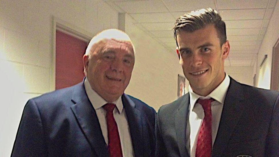 Byd y Bale - Trefor Lloyd Hughes a Gareth Bale