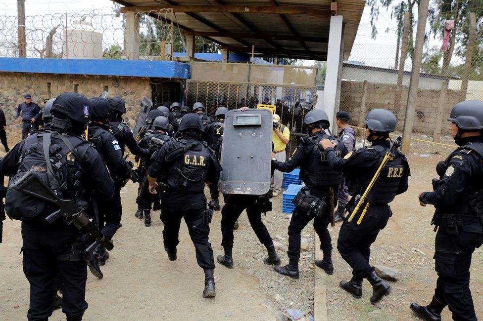Police officers and soldiers rush into Pavón