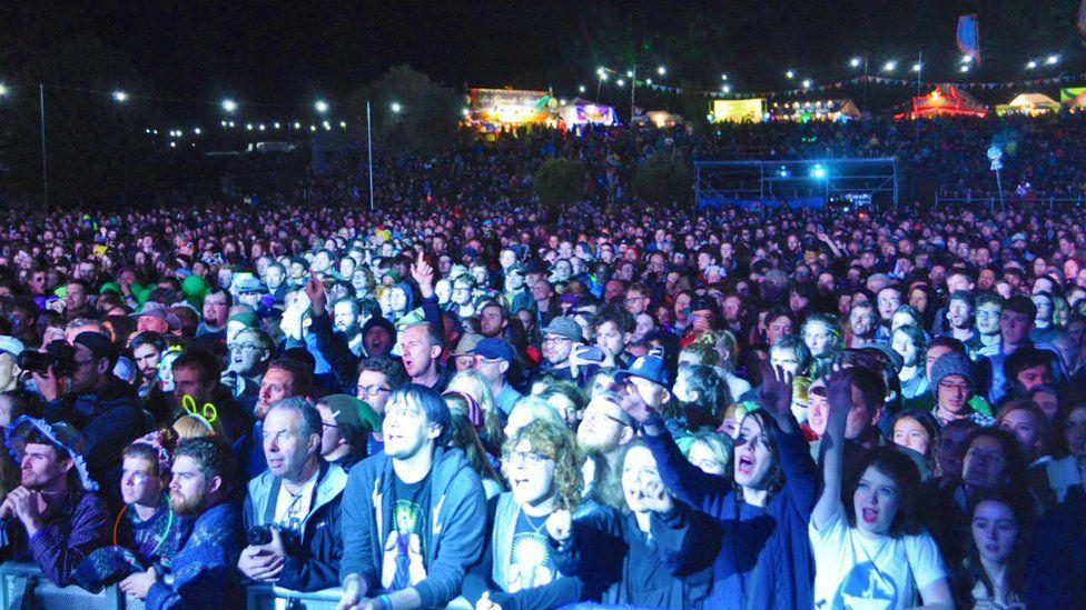 Mae pobl o bob oedran yn mwynhau'r wyl pob blwyddyn // People of all ages enjoy the festival every year