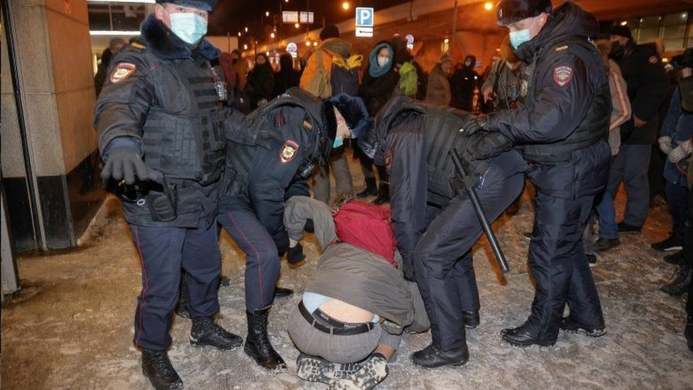 Russian police detain a Navalny supporters at Moscow's Vnukovo airport. Photo: 17 January 2021