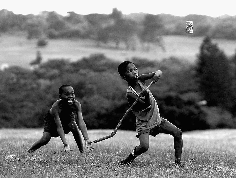 Niños jugando críquet