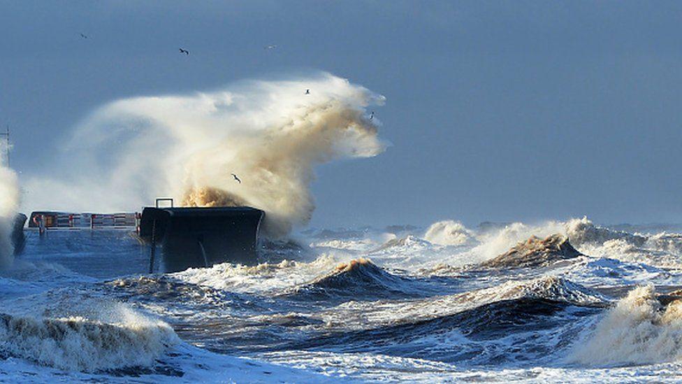 Waves smash into the promenade at Brighton on the south coast of England (13 January 2017)