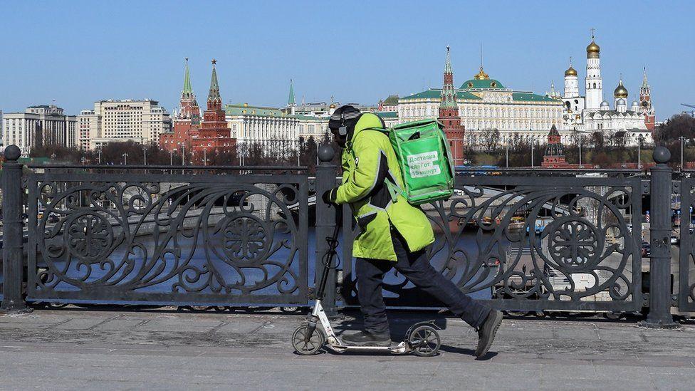 развозчик едет по Большому Каменному мосту в Москве