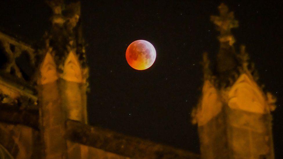 луна над собором Сен-Гатьен во французском городе Тур