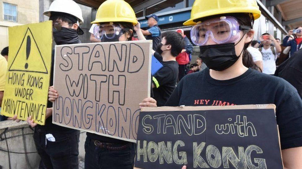 Một số người biểu tình ăn mặc như người biểu tình ở Hong Kong