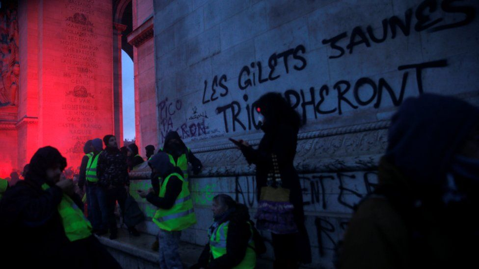 """A sign on the Arc de Triomphe reads """"The yellow vests will triumph"""""""