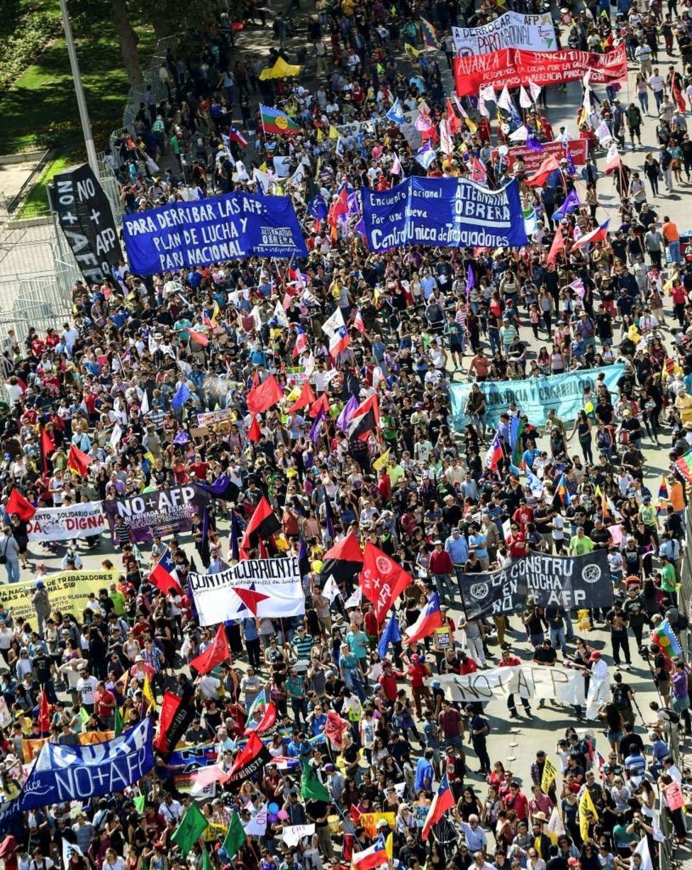 Chile: Fuertes enfrentamientos marcan nueva jornada de protestas. _95328827_gettyimages-657980586