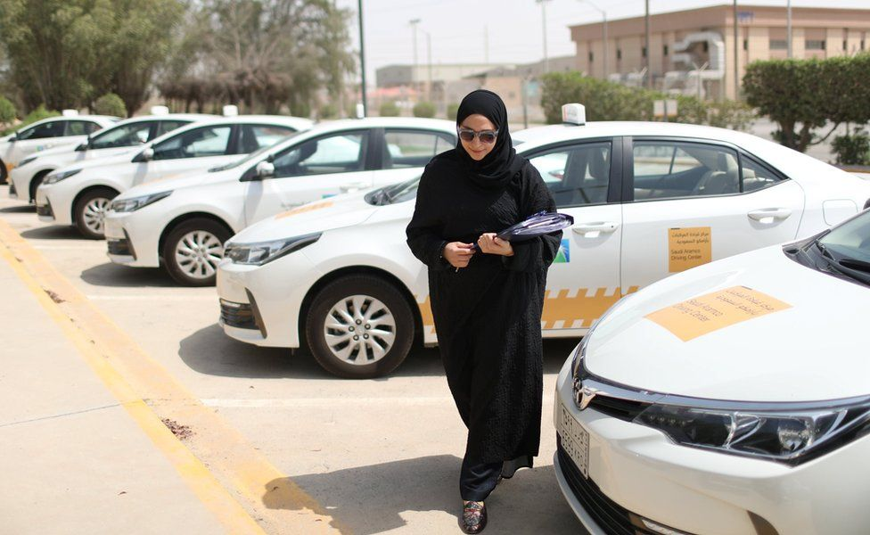 In pictures: Driving lessons for Saudi women - BBC News