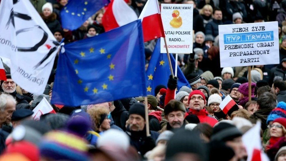"""Protesters attend a """"Free Media"""" demonstration in front of the Polish Television TVP building in Warsaw (09 January 2016)"""