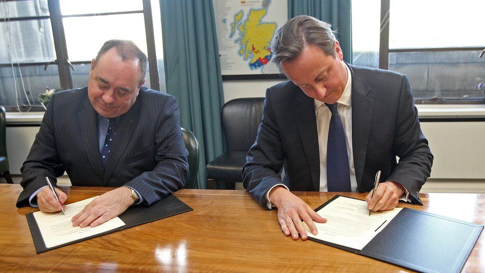 Alex Salmond and David Cameron sign the Edinburgh Agreement in 2012