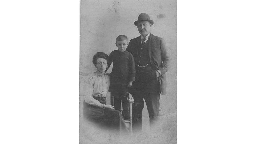 Fy nhad gyda'i rieni, Jane Jones a Chapten Jack Lloyd Jones flwyddyn neu ddwy ar ȏl i'w long suddo ym Mor De Iwerydd yn 1917.
