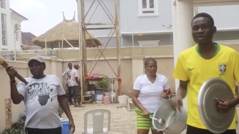 People bang pots and pans over the scarcity of food in Abuja (25 April 2020)