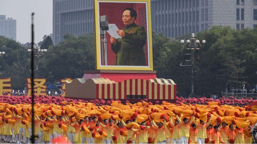 Портрет Мао Цзедуна на параді до 70-ліття КНР, 1-й Голова КНР