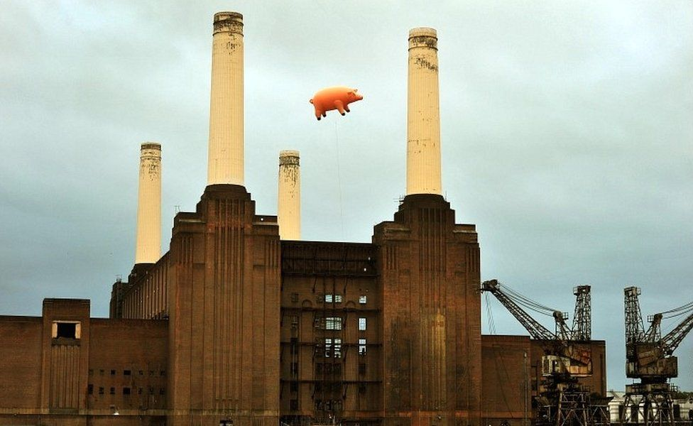 A giant inflatable pig flies above Battersea Power Station