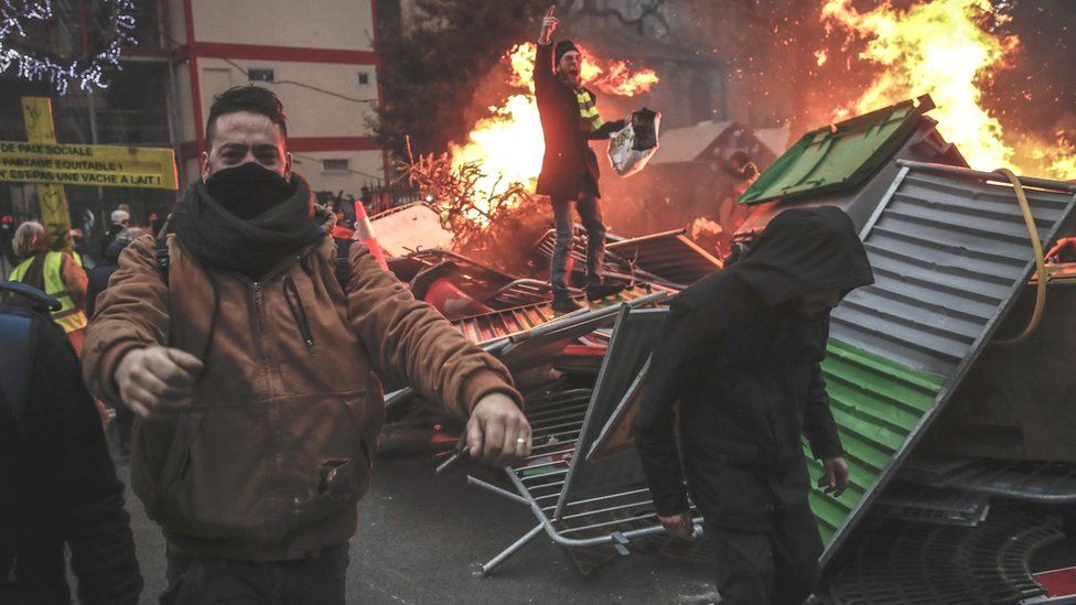 Protesters build a barricade in Paris on 5 January 20109