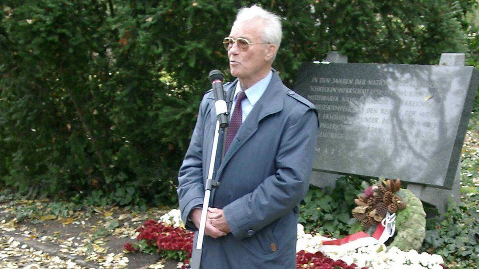 Richard Wadani giving a speech to fellow deserters in 2004