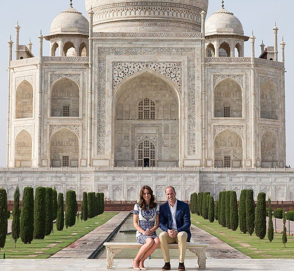 Prince William, Duke of Cambridge and Catherine, Duchess of Cambridge pose in front of the Taj Mahal on April 16, 2016 in Agra, India