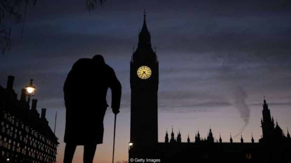 Perfil de la estatua de Winston Churchill frente al Parlamento británico
