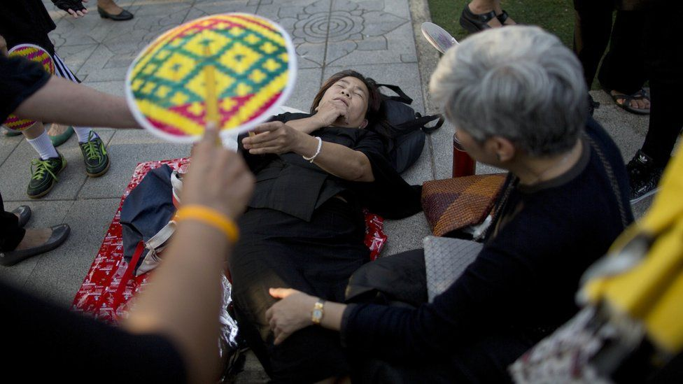 Bystanders help woman who fainted after the procession's arrival - 14 October