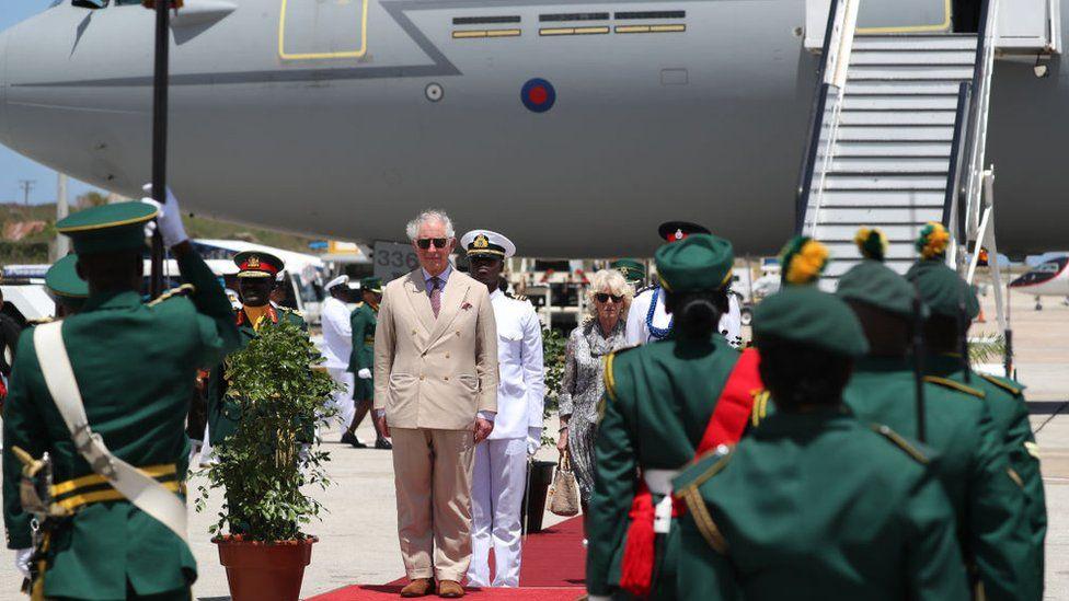Принц у трапа самолета