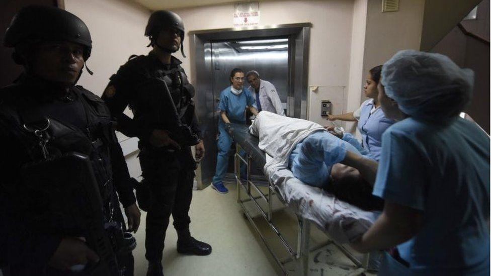 Police conduct a search for the attackers of three prison guards inside the Roosevelt Hospital, in Guatemala City on August 16,2017.