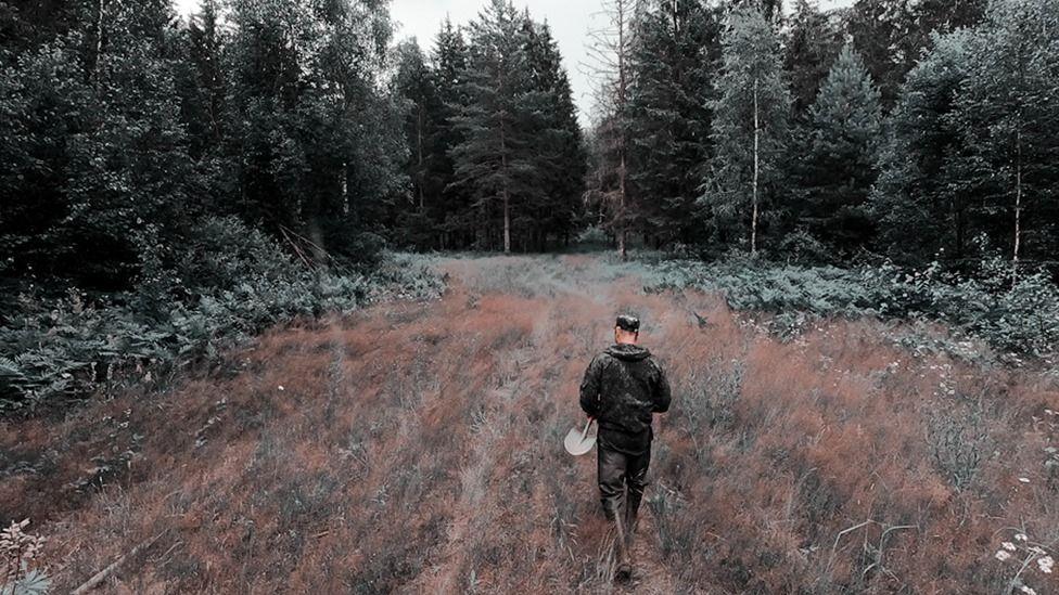 Мужчина идет по лесу