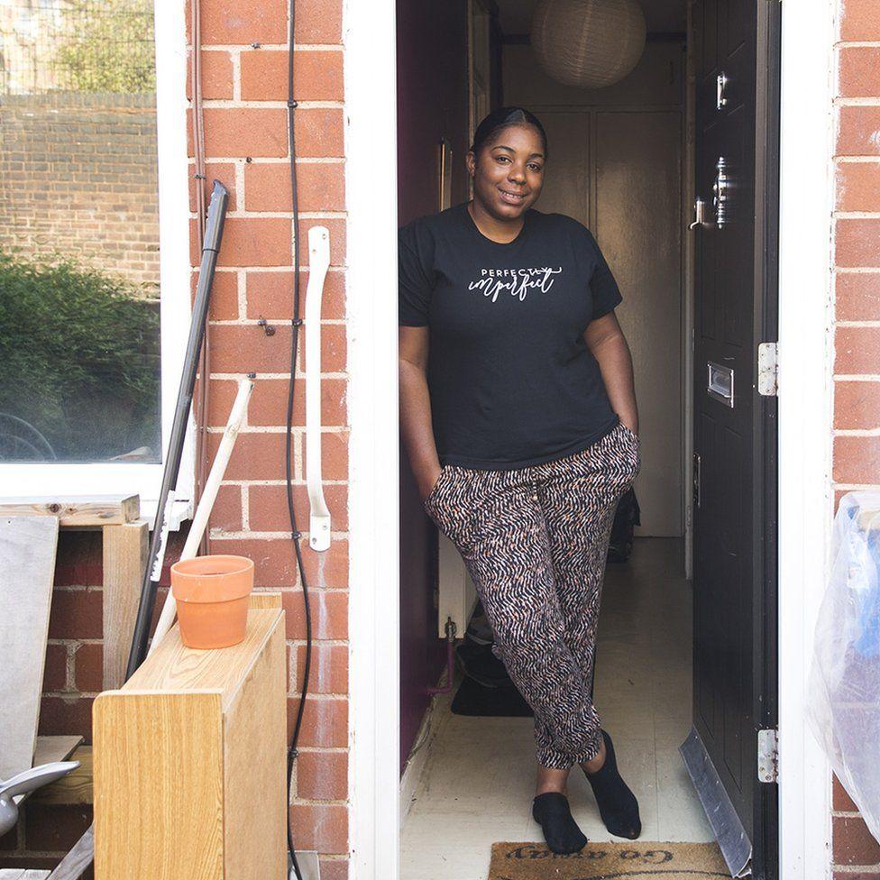 jade en la puerta de su casa
