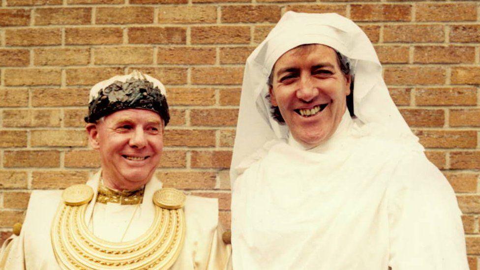 Hywel Gwynfryn gyda'r Archdderwydd Emrys Deudraeth yn Eisteddfod Machynlleth 1988