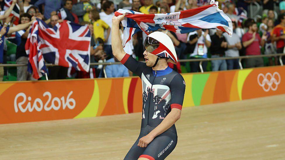 Y Cymro Owain Doull yn chwifio Jac yr Undeb ar ôl ennill medal aur yn Rio