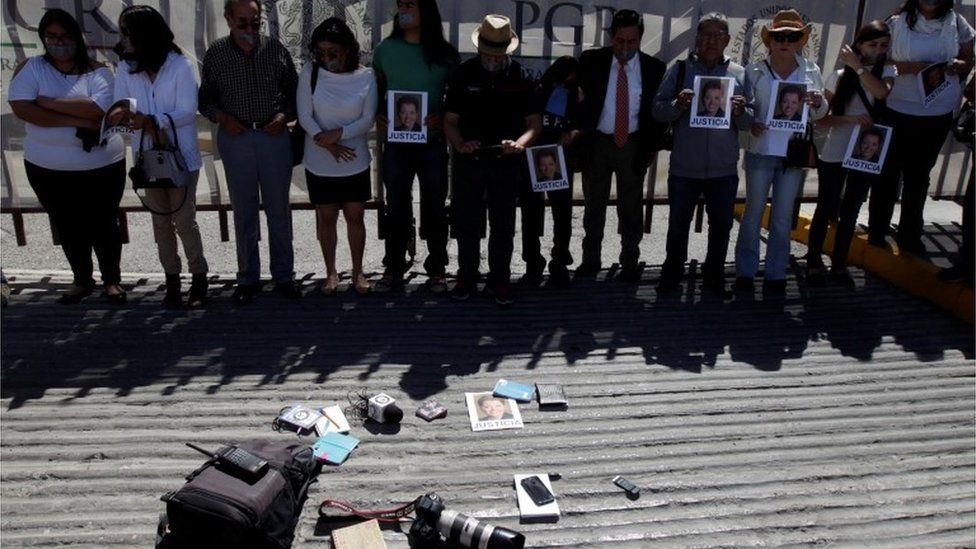 Journalists holding pictures of Miroslava Breach in a protest in Ciudad Juarez outside the Attorney General's Office (25/03/2017)