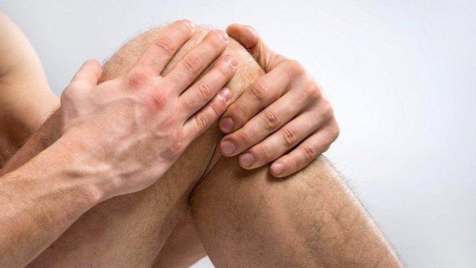 Qué dice la ciencia de por qué nos duelen las rodillas cuando llueve