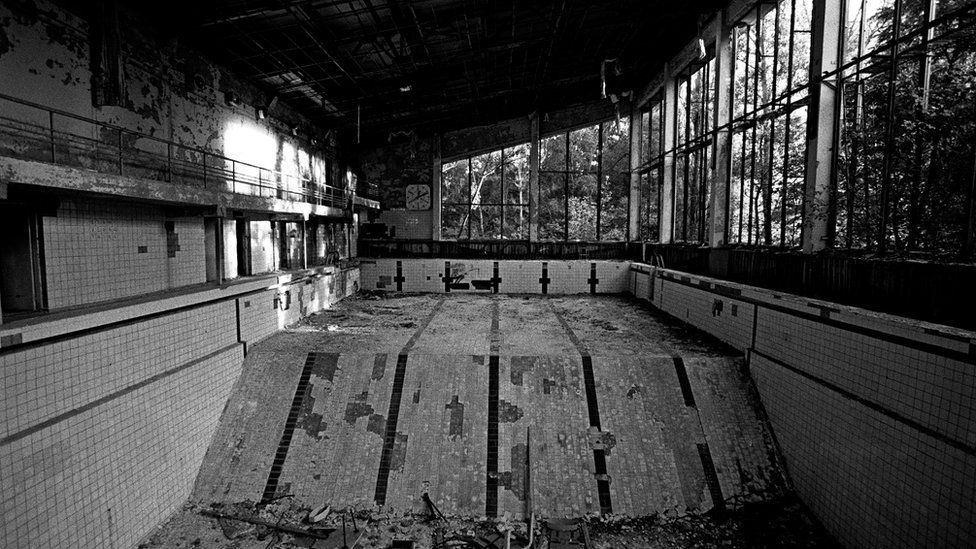 Azure swimming pool next to primary school no. 3 in Pripyat