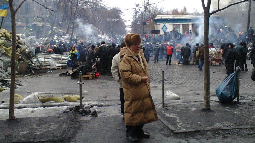 Літній чоловік серед барикад на Грушевського