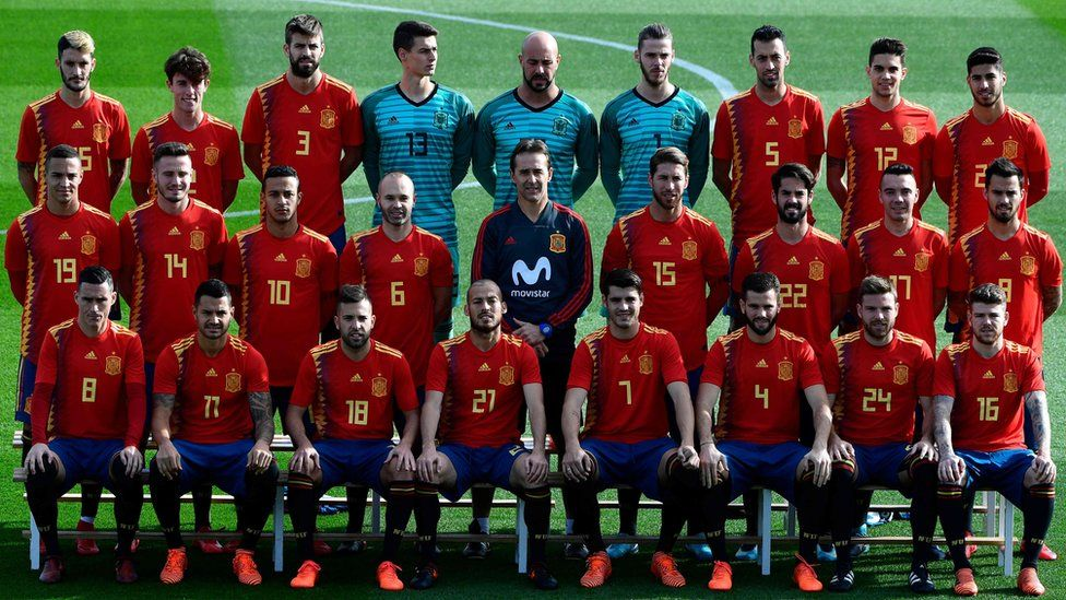 """Spain""""s coach Julen Lopetegui (C) poses with Spain""""s national football players wearing theit new jerseys at the """"Ciudad del Futbol"""" in Las Rozas, near Madrid on November 8, 2017 ahead of their World Cup 2018 friendly football match against Costa Rica"""