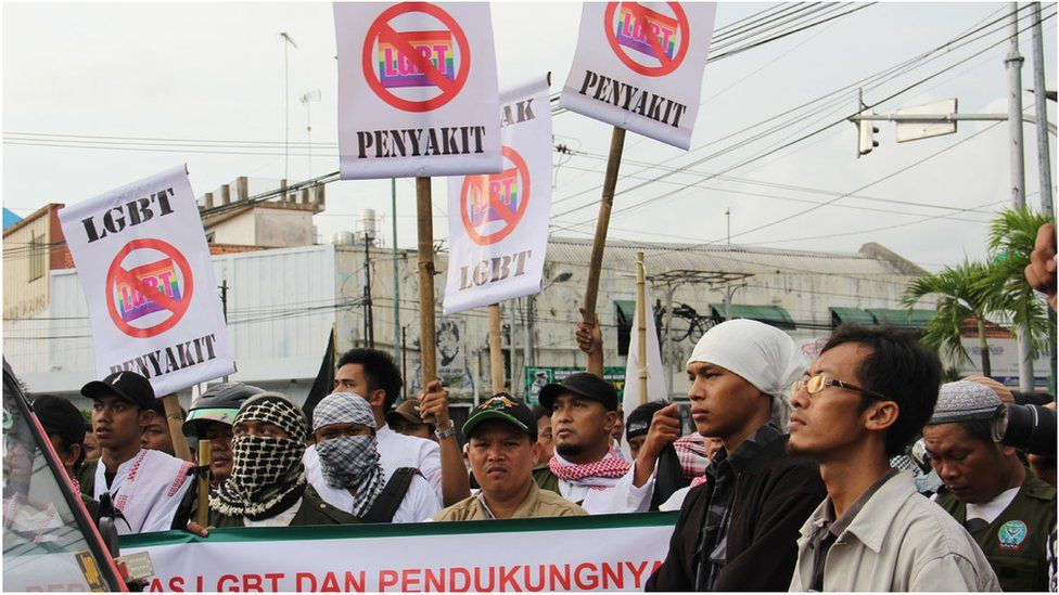 Picture of anti-LGBT protesters in Yogyakarta in 2016