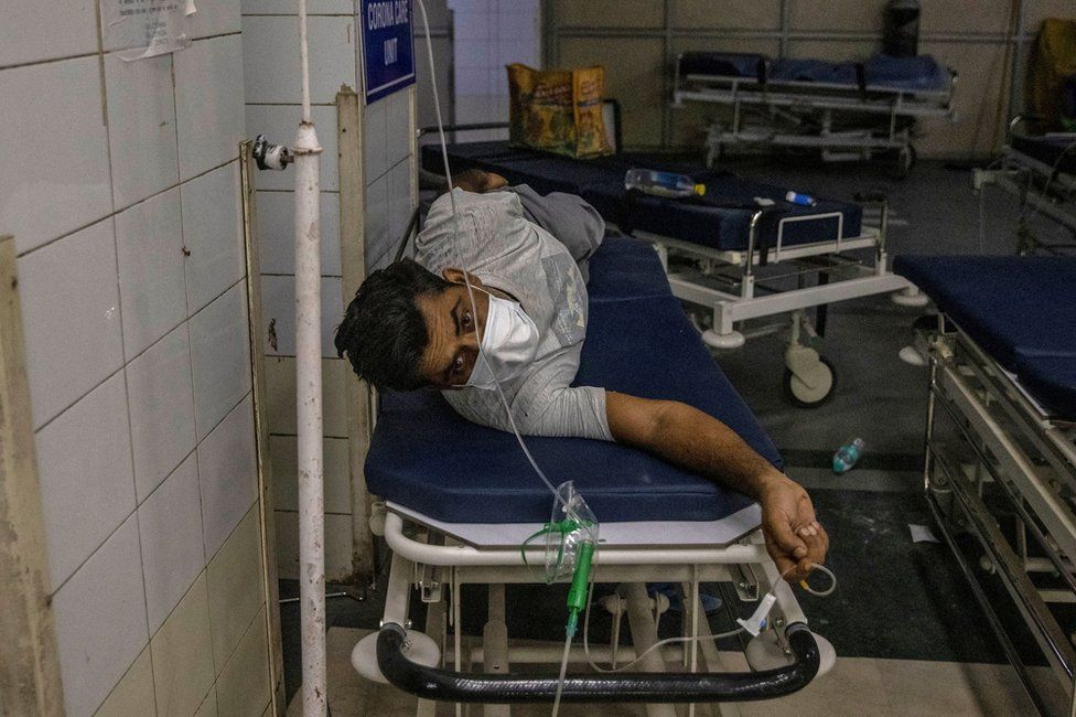 A patient suffering from the coronavirus disease (COVID-19) gets treatment at the casualty ward in Lok Nayak Jai Prakash (LNJP) hospital, amidst the spread of the disease in New Delhi, India April 15, 2021. REUTERS/Danish Siddiqui