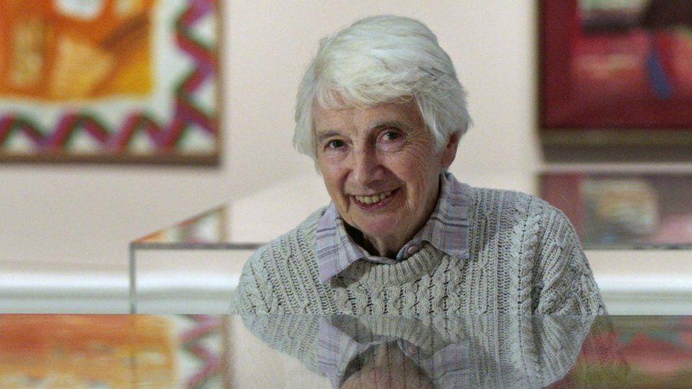 Scottish artist Dame Elizabeth Blackadder dies, aged 89 - BBC News