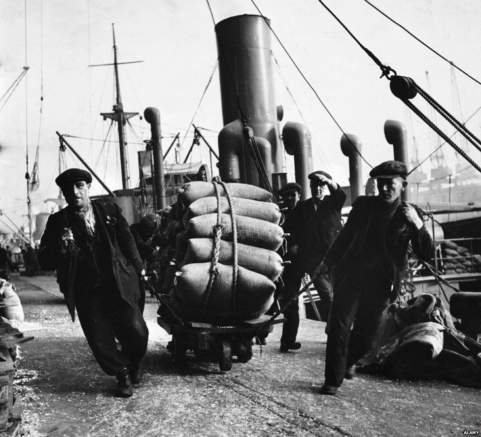 Food is unloaded by dockers in Liverpool, 1942