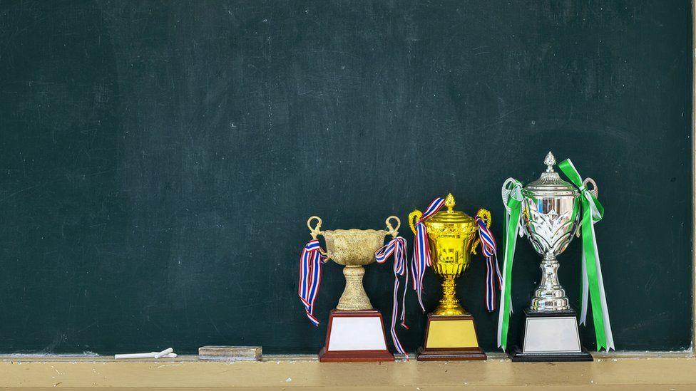 Escola dá troféu de 'mais irritante' a menino com autismo