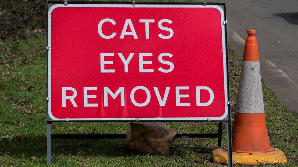 Cat's eyes sign