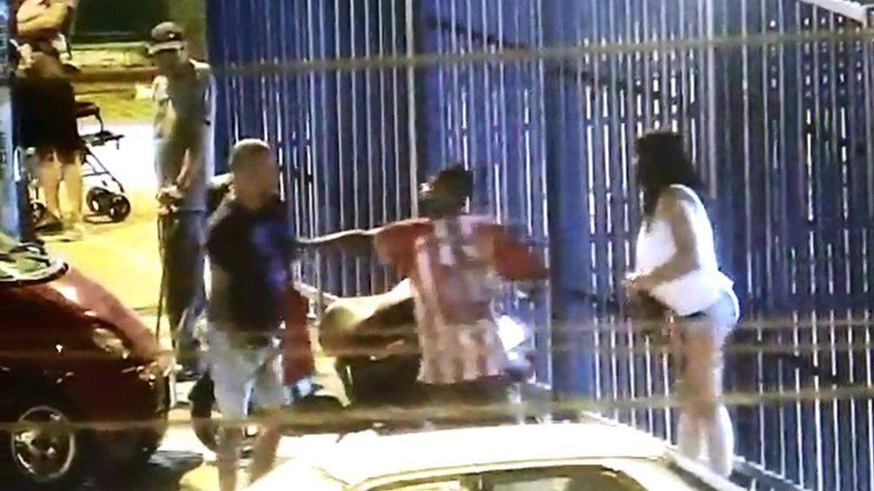 El joven que arriesgó su vida para evitar que un hombre quemara a su pareja en plena calle en Perú