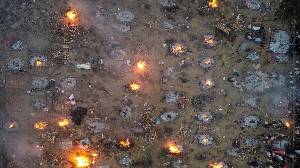 Mass cremations at a crematorium ground in Delhi (22 April)