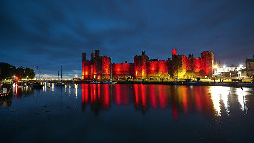 Castell Caernarfon yn cefnogi hogia' Coleman / Caernarfon Castle in red light