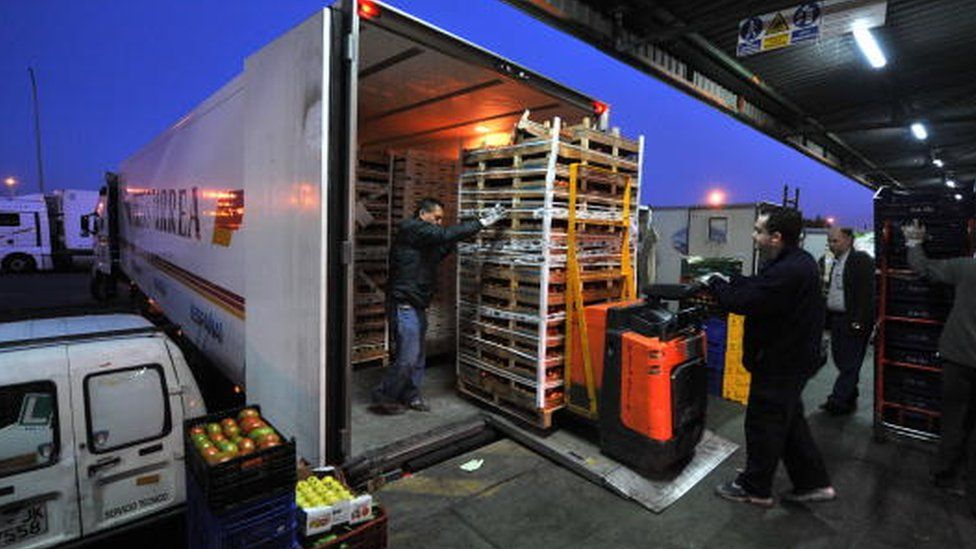 Vegetables being loaded on a truck in the Spanish region of Murcia (12 June 2008)