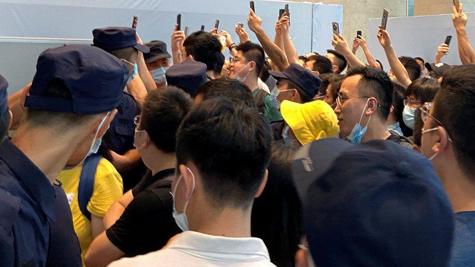 Люди собираются, чтобы потребовать погашения кредитов и финансовых продуктов в штаб-квартире Evergrande в Шэньчжэне, провинция Гуандун, Китай.