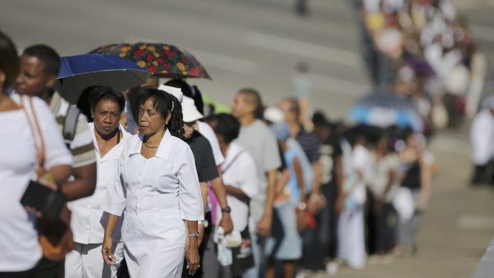 People stand in line to pay tribute to the late President Castro in Revolution Square (28 November 2016)