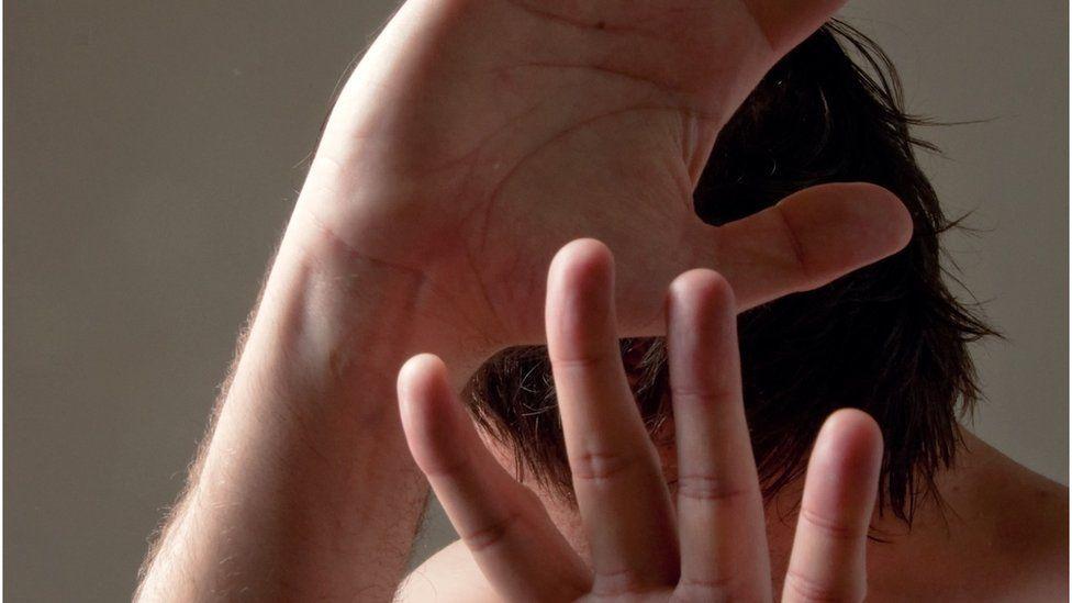 Além de arranhões e bofetadas: o fenômeno oculto dos homens que são agredidos pelas mulheres