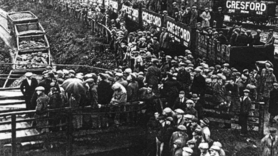 Y dorf yn disgwyl am newyddion wedi'r ffrwydrad ar 22 Medi, 1934