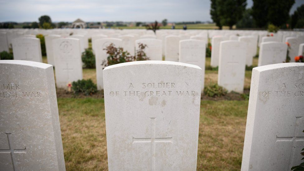 Headstones to unknown soldiers lay in rows in Tyne Cot cemetery