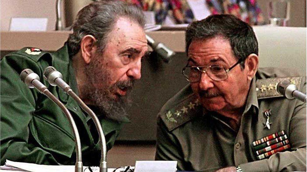 卡斯特罗兄弟菲德尔和劳尔于1999年
